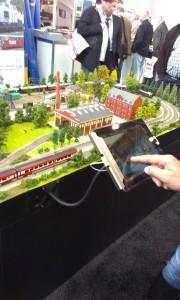 Tablets har gjort deres indtog i modeltogenes verden. Nu kan jernbanerne styres via en app.