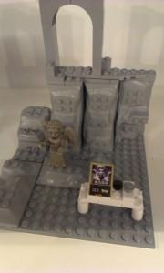 Doctor Who kopi-Lego vises frem. En stenangel.