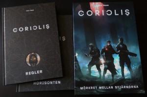 Bøgerne til Coriolis. Flotte, indbundne og med forsænkninger i indbindingen ved logoerne. Blæret.