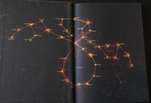 Ved omslaget er et billede af stjerneklyngen, som udgør Den tredje horisont.