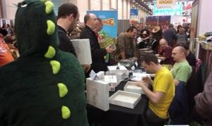 Fans flokkes for signerede udgaver fra designere og kunstnere.