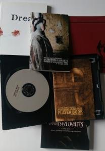 Murderous Ghosts kommer i et CD-cover - ligesom scenariet Glædelig jul, onkel Hubert kom i en VHS kasette.