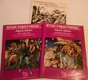 Regelhefterne samt scenarieheftet fra Star Frontiers: Alpha Dawn.