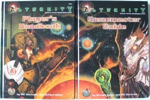Grundbøgerne til Alternity lagt i forlængelse af hinanden. Regler og verden introduceres her, men Star*Drive universet blev for alvor udforsket i de efterfølgende bøger/box sets.