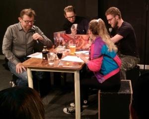 Fire komikere på en scene spiller rollespil